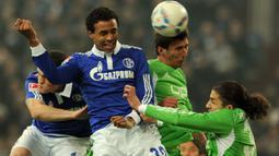 2. Joel Matip (Liverpool) - Bek tengah asal Kamerun ini memiliki caps sebanyak 194 kali bersama Schalke 04. Pada 2016 dirinya pindah ke Liverpool karena pinangan Juergen Klopp hingga akhirnya meraih gelar Liga Champions musim lalu. (AFP/Patrik Stollarz)