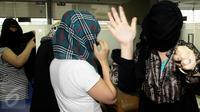 Wanita asal Maroko menghindari sorotan kamera media saat berada di kantor Imigrasi, Jakarta, Kamis (11/6/2015). Dalam keterangannya, pihak Imigrasi mengamankan sejumlah wanita yang diduga PSK asal Maroko di Bogor. (Liputan6.com/Johan Tallo)