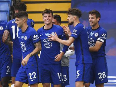 Para pemain Chelsea merayakan gol yang dicetak oleh Mason Mount ke gawang Wolverhampton Wanderers pada laga Premier League di Stadion Stamford Bridge, Minggu (26/7/2020). Chelsea menang dengan skor 2-0. (Daniel Leal-Olivas/Pool via AP)