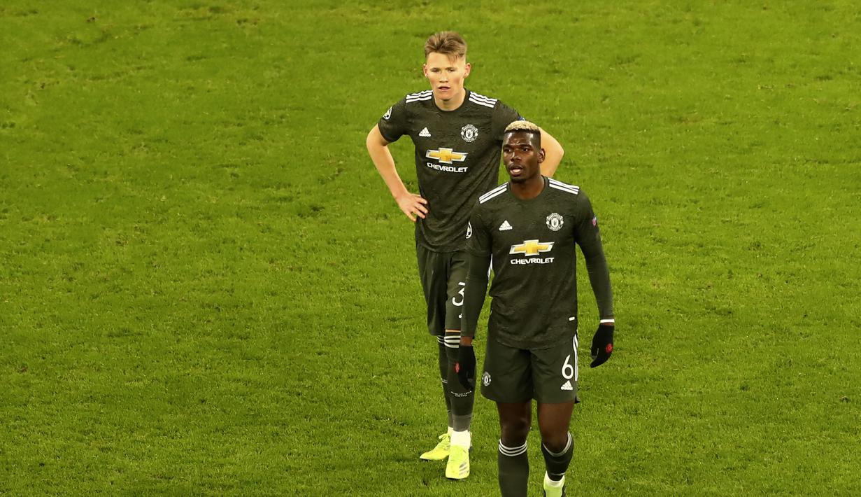 Gelandang Manchester United, Paul pogba (kanan) dan Scott McTominay tampak kecewa usai laga lanjutan Liga Champions 2020/21 Grup H melawan RB Leipzig di RB Arena, Leipzig, Selasa (8/12/2020). Manchester United kalah 2-3 dari RB Leipzig. (AP/Matthias Schrader)