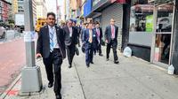 Wapres Jusuf Kalla berjalan kaki menuju lokasi Sidang Majelis Umum Perserikatan Bangsa Bangsa (PBB) di New York. (wapresri.go.id)