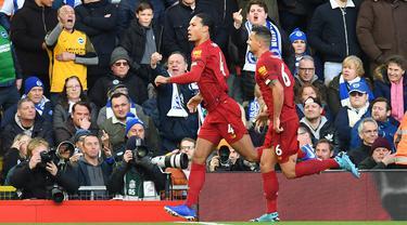 Bek Liverpool, Virgil Van Dijk, merayakan gol yang dicetaknya ke gawang Brighton pada laga Premier League di Stadion Anfield, Liverpool, Sabtu (1/12). Liverpool menang 2-1 atas Brighton. (AFP/Paul Ellis)