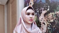 Karput yang memutuskan mengenakan pakaian muslim syar'i sejak awal tahun ini, mengaku tak selalu mengenakan cadar. Hanya mengenakan cadar dalam kondisi tertentu saja. (Instagram/kartikaputriworld)