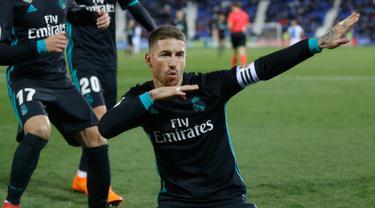 Pemain Real Madrid Sergio Ramos berselebrasi usai mencetak gol ke gawang Leganes pada partai tunda pekan ke-16 La Liga Spanyol di Estadio Municipal de Butarque, Rabu (21/2). Real Madrid menang 3-1 atas Leganes meski sempat ketinggalan. (AP/Francisco Seco)