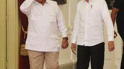 Presiden Joko Widodo saat menerima Ketua Umum Partai Gerindra Prabowo Subianto di Istana Merdeka, Jakarta, Jumat (11/10/2019). Dalam pertemuan tersebut mereka membahas permasalahan bangsa dan koalisi. (Liputan6.com/Angga Yuniar)