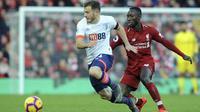 Gelandang Liverpool, Naby Keita, berebut bola dengan pemain AFC Bournemouth, Ryan Fraser, pada laga Premier League di Stadion Anfield, Sabtu (9/2). Liverpool menang 3-0 atas AFC Bournemouth. (AP/Rui Vieira)