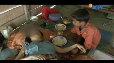 Seorang bocah berusia 12 tahun bernama Supriyono, di Polewali Mandar, Sulawesi Barat, merelakan masa depan pendidikannya demi merawat ibunya yang sakit.