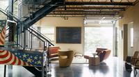 Material langit-langit merupakan salah satu pengaruh terbesar agar gaya industrial di dalam interior hunian terasa lekat.(freshome.com)