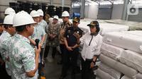 Menteri Keuangan Sri Mulyani Indrawati meminta penjelasan saat mengunjungi Pusat Logistik Berikat (PLB) Dunia Express, Sunter, Jakarta, Jumat (4/10/2019). Sebelumnya, Sri Mulyani mengaku mendapat keluhan Presiden Joko Widodo (Jokowi) terkait banjir impor tekstil.  (Liputan6.com/Angga Yuniar)