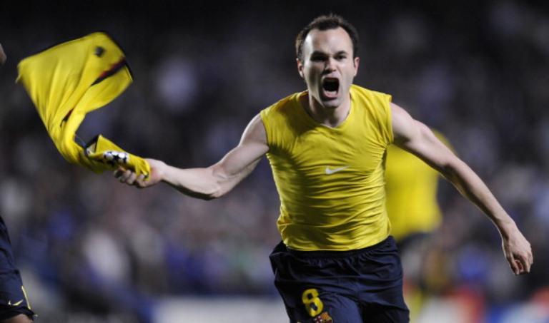 Andres Iniesta mencetak gol ke gawang Chelsea sekaligus memastikan langkah Barcelona ke final Liga Champions 2009. (AFP/Lluis Gene)