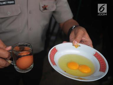 Balai Pengujian Mutu dan Sertifikasi Produk Hewan (BPMSPH) bersama kepolisian menguji keaslian telur ayam yang diambil di Pasar Johar Baru, Jakarta Pusat, Selasa (27/3). (Merdeka.com/Imam Buhori)