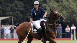2. Gabriel Batistuta. Setelah pensiun, Batistuta sempat mengikuti turnamen golf Pro Am di Qatar pada 2005. Pada 2009, ia beralih ke olahraga polo dan melakukan debut untuk klub Loro Piana di Argentina dengan mencetak dua gol. Kurang dari setahun, Copa Stella Artois diraihnya. (AFP/Daniel Garcia)