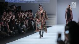 Menteri KKP, Susi Pudjiastuti memperagakan busana rancangan Anne Avantie pada Jakarta Fashion Week 2019 di Senayan City, Selasa (23/10). Tampilan Menteri Susi tampak nyentrik dengan kacamata hitam dan sepatu boots hak tinggi. (Liputan6.com/Faizal Fanani)
