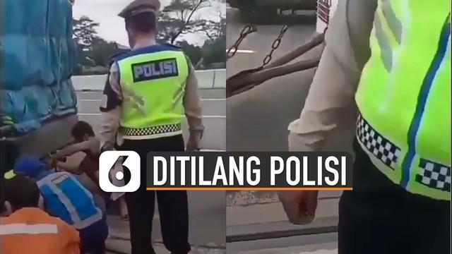 Video pengendara mobil angkutan ditilang saat menolong mobil yang rusak di jalan viral di media sosial.