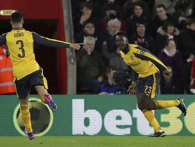 Pemain Arsenal, Danny Welbeck (kanan) merayakan golnya ke gawang Southampton pada putaran keempat Piala FA musim 2016-2017 di St Mary's Stadium, Southampton (28/1/2017. Arsenal menang 5-0. (Nick Potts/PA via AP)