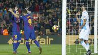 Pemain FC Barcelona, Luis Suarez dan Lionel Messi merayakan gol saat melawan Deportivo Coruna pada lanjutan La Liga Santander di Camp Nou stadium, Barcelona, (17/12/2017). Barcelona menang 4-0. (AP/Manu Fernandez)
