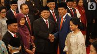 Menteri Pertahanan, Prabowo Subianto mendapat ucapan selamat dari Presiden Joko Widodo (Jokowi) didampingi Ibu Negara Iriana seusai pelantikan Kabinet Indonesia Maju di Istana Negara, Jakarta, Rabu (23/10/2019). (Liputan6.com/Angga Yuniar)