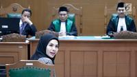 Aktris Nikita Mirzani menjalani persidangan isbat dan perceraian pernikahan sirinya dengan pengusaha Dipo Latief di Pengadilan Agama Jakarta Selatan, Rabu (29/8). Nikita terlihat hadir dengan mengenakan jilbab hitam. (Liputan6.com/Immanuel Antonius)