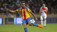 4. Paco Alcacer, gagal mendapatkan Nolito dan Kevin Gameiro membuat Barcelona menjadikan bomber Valencia ini sebagai solusi. Marca menyebutkan jika Barca menyiapkan dana sebesar 35 juta pounds untuk mendatangkannya ke Nou Camp. (AFP/Jean Magnenet)