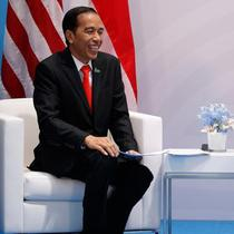Presiden AS Donald Trump dan Presiden RI, Joko Widodo berbincang saat bertemu di sela-sela KTT G20 di Hamburg, Jerman, (8/7). Sejumlah pemimpin negara berkumpul dalam KTT G20 pada 7-8 Juli 2017. . (AP Photo/Evan Vucci)