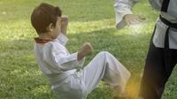 Aksi Bocah Berusaha Patahkan Kayu Saat Karate Ini Bikin Haru (sumber:Twitter/@YeolSoo12)