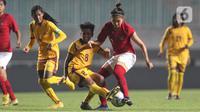 Pemain tengah Timnas Putri Indonesia, Zahra Muzdalifah (kedua kanan) berebut bola dengan gelandang Sri Lanka, Mahamage Achala Sanjeewani Perera saat laga persahabatan di Stadion Pakansari, Kab Bogor, Sabtu (16/11/2019). Indonesia menang telak 5-0 atas Sri Lanka. (Liputan6.com/Helmi Fithriansyah)