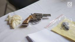 Barang bukti senjata api rakitan diperlihatkan saat rilis kasus pencurian kendaraan bermotor di Polda Metro Jaya, Jakarta, Kamis (4/7/2019). Sementara salah seorang tersangka lain masuk dalam DPO. (Liputan6.com/Immanuel Antonius)
