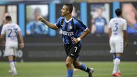 Pemain Inter Milan Alexis Sanchez melakukan selebrasi usai mencetak gol ke gawang Brescia pada pertandingan Serie A di Stadion San Siro, Milan, Italia, Rabu (1/7/2020). Inter Milan menaklukkan Brescia dengan skor 6-0. (AP Photo/Luca Bruno)