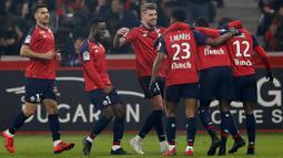 Para pemain Lille merayakan gol ke gawang  Paris Saint-Germain (PSG) pada laga Liga Prancis di  Stade Pierre Mauroy, Minggu (14/4). PSG takluk 1-5 dari Lille. (AP/Christophe Ena)