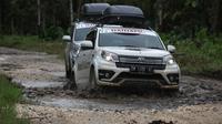 Tim menemui jalan berlumpur yang perlu keahlian khusus dalam mengemudi dan mobil yang tangguh. (Sigit/Liputan6.com)