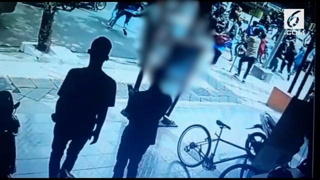 Aksi penganiayaan pelajar di Tegal terekam CCTV. Para pelaku kini ditangkap polisi untuk dimintai keterangan.