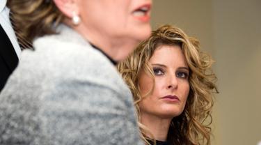 Korban pelecehan seksual Donald Trump, Summer Zervos (kanan) mendengarkan kuasa hukumnya, Gloria Allred saat konpers pengajuan gugatan di Los Angeles, AS (17/1). Summer menggugat Trump atas pencemaran nama baik terhadap dirinya. (AFP Photo/Valerie Macon)