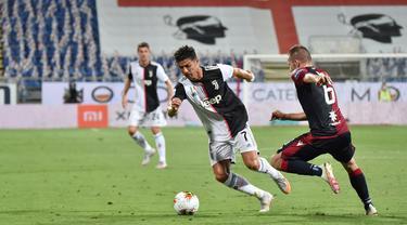 Striker Juventus, Cristiano Ronaldo berebut bola dengan pemain Cagliari, Marko Rog dalam lanjutan Liga Italia di stadion Sardegna Arena, Rabu (29/7/2020). Juventus yang sudah menjadi juara terpeleset di markas Cagliari. (Alessandro Tocco/LaPresse via AP)