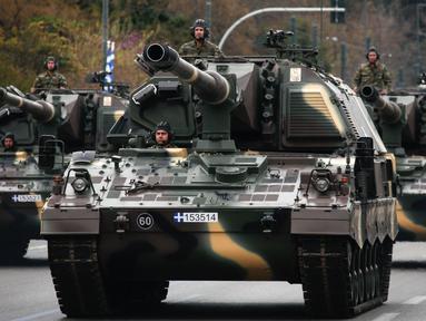 Kendaraan militer Yunani meramaikan parade memperingati Hari Kemerdekaan di Athena, Minggu (25/3). Parade ini menandai dimulainya perang yang dilancarkan Yunani untuk memperoleh kemerdekaan dari kesultanan Utsmaniyah pada tahun 1821. (AP/Yorgos Karahalis)