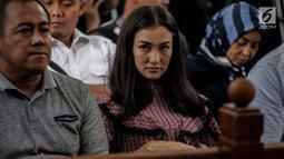 Artis Atiqah Hasiholan menghadiri sidang putusan kasus dugaan penyebaran berita bohong atau hoaks dengan terdakwa Ratna Sarumpaet di PN Jakarta Selatan, Kamis (11/7/2019). Ratna sebelumnya dituntut 6 tahun penjara karena membuat keonaran lewat hoaks penganiayaan. (Liputan6.com/Faizal Fanani)
