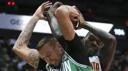 Pebasket Boston Celtics, Daniel Theis, berebut bola dengan pebasket Atlanta Hawks, Dewayne Dedmon, pada laga NBA di Philips Arena, Atlanta, Senin (6/11/2017). Hawks kalah 107-110 dari Celtics. (AP/John Bazemore)