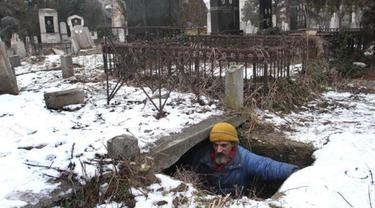 Tinggal di Kuburan
