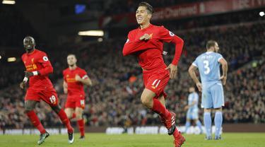 Para pemain Liverpool merayaan gol yang dicetak oleh Roberto Firmino ke gawang Stoke pada laga Premier League di Stadion Anfield, Inggris, Rabu (28/12/2016). Liverpool mennag 4-0 atas Stoke. (Reuters/Darren Staples)