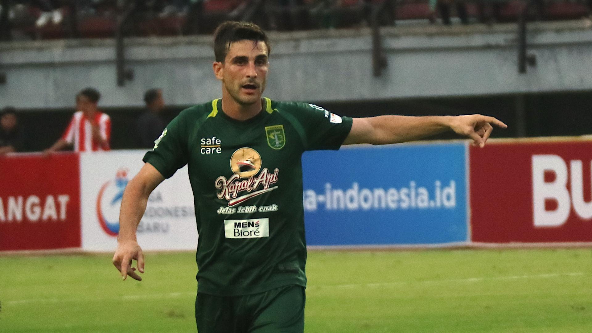 Roberto Pugliara minta maaf setelah diusir wasit karena mendapat kartu kuning kedua saat Persebaya menang 4-1 atas PS Tira pada lanjutan Liga 1 2018, Jumat (13/4/2018). (Bola.com/Aditya Wany)