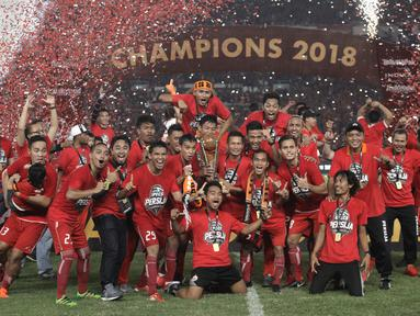 Pemain Persija Jakarta merayakan selebrasi usai laga final Piala Presiden 2018 melawan Bali United di Stadion Utama GBK, Senayan, Jakarta, Sabtu (17/2). Persija menang 3-0 atas Bali United. (Liputan6.com/Arya Manggala)