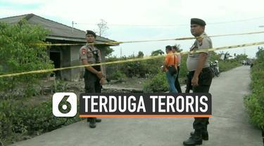 Tim Densus 88 anti teror mendatangi rumah terduga teroris HB yang telah ditangkap hari Senin (18/11). Dari rumah terduga, polisi sita sejumlah barang bukti.