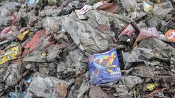 Sejumlah sampah plastik dari Waduk Cincin yang telah dipilah untuk didaur ulang, Jakarta Utara, Rabu (23/6/2021). Pengerukan sampah dilakukan secara rutin guna menjaga kebersihan dan keindahan waduk, terutama saat memasuki musim penghujan. (merdeka.com/Iqbal S Nugroho)