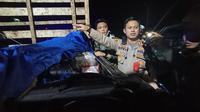 Pemeriksaan mobil pikap yang diduga membawa penumpang mudik di Banten. (Liputan6.com/ Yandhi Deslatama)