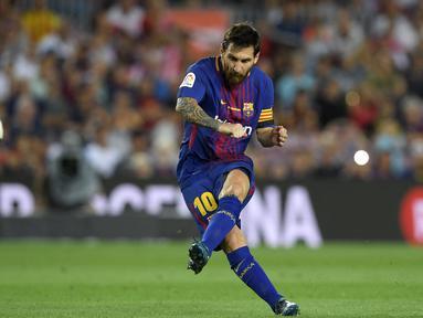 Kemampuan Lionel Messi tak perlu diragukan lagi. Ia berhasil menciptakan gol-gol indah, tendangan bebas yang akurat, dan kemampuan dribbling yang luar biasa lewat kaki kirinya. Tahun ini, Messi mampu melesatkan 38 gol dan 14 assist dari 47 penampilannya di semua ajang. (Foto: AFP/Lluis Gene)