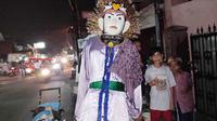 Arif dan tiga temannya yang masih di bawah umur menyusuri jalan sekitaran Depok hingga Cijantung, Jawa Timur untuk mengamen dengan menggunakan ondel-ondel. (Liputan6.com/Lady Nuzulul Barkah Farisco)