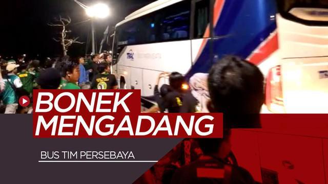 Berita video puluhan Bonek mengadang bus tim Persebaya Surabaya setelah pertandingan melawan Madura United di Gelora Bung Tomo, Surabaya, Sabtu (10/8/2019).