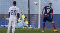 Serangan Levante akhirnya berbuah gol kedua pada menit ke-78. melalui tembakan Roger Marti untuk menaklukkan Courtois. (Foto: AP/Manu Fernandez)
