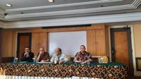 Profesor Harvard,Craig Warren Smith (kedua kiri); bersama Dewan Tim Pelaksana Wantiknas, Ilham Akbar Habibie; dan Dirut BAKTI, Anang Latif, menjelaskan tentang Meaningful Broadband Working Group. (Liputan6.com/ Agustin Setyo Ward