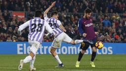 Gelandang Barcelona, Lionel Messi, berusaha melewati kepungan pemain Valladolid pada laga La Liga di Stadion Camp Nou, Barcelona, Sabtu (16/2). Barcelona menang 1-0 atas Valladolid. (AFP/Pau Barrena)