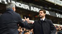 Manajer Tottenham Hotspur, Mauricio Pochettino, berjabat tangan dengan manajer Chelsea, Jose Mourinho, pada laga di White Hart Lane, London, Minggu (29/11/2015) malam WIB. (AFP/Ben Stansall)